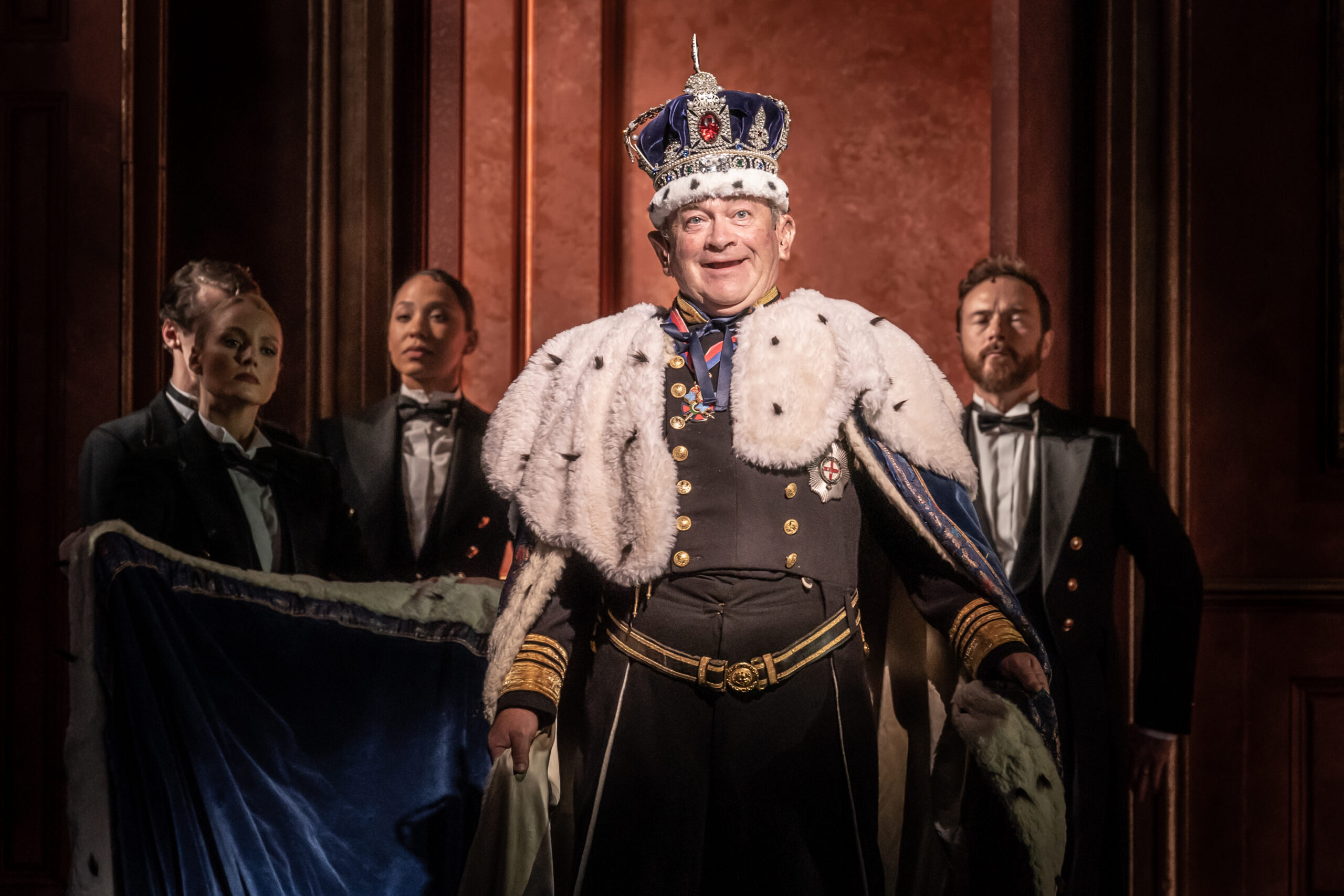 Read more about the article REVIEW: The Windsors Endgame, Prince of Wales Theatre (2021)
